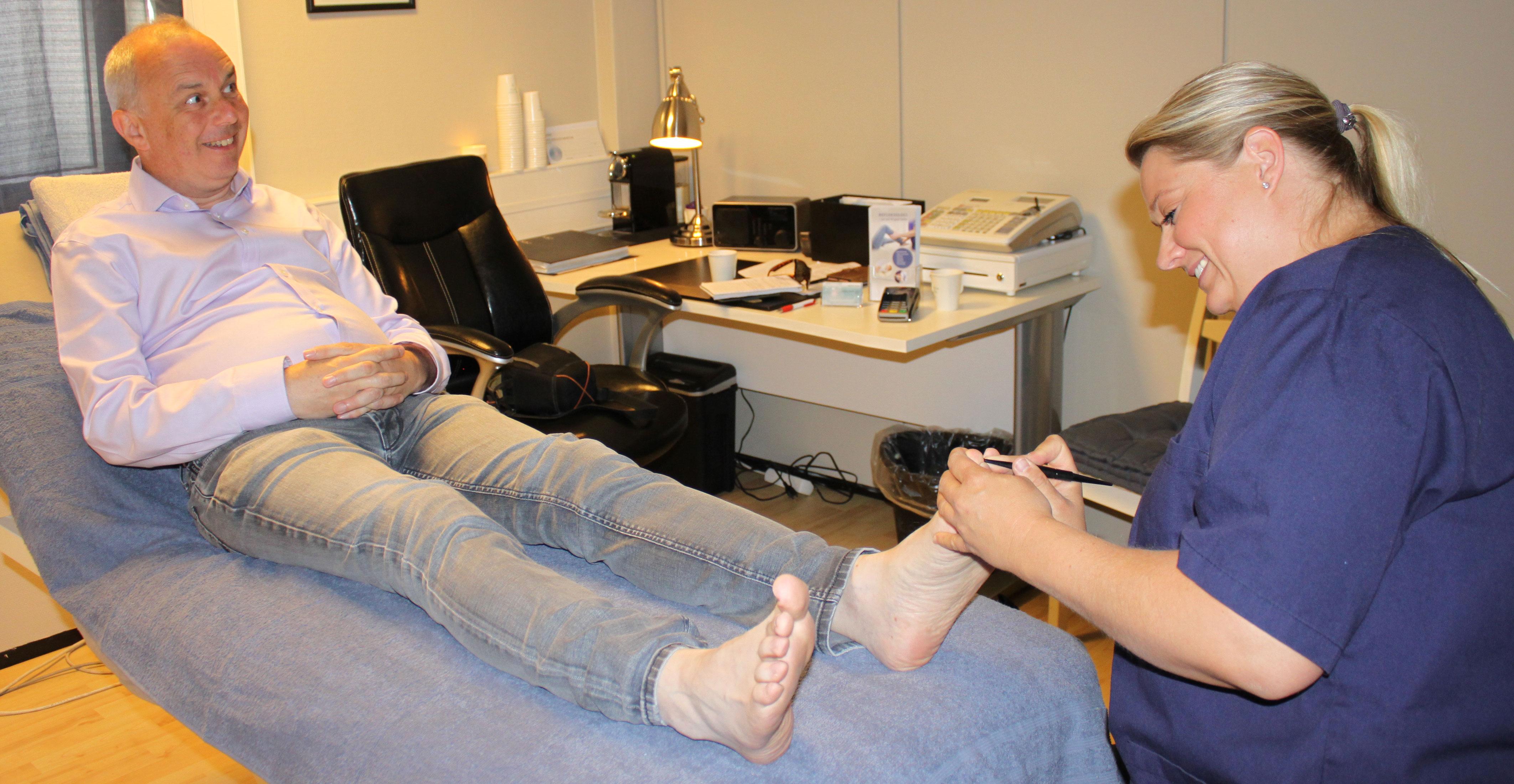 Mike Naylor fra Mjøndalen er sykepleier og velger refleksologi som behandling for allergi - i tillegg til konvensjonelle medisiner.
