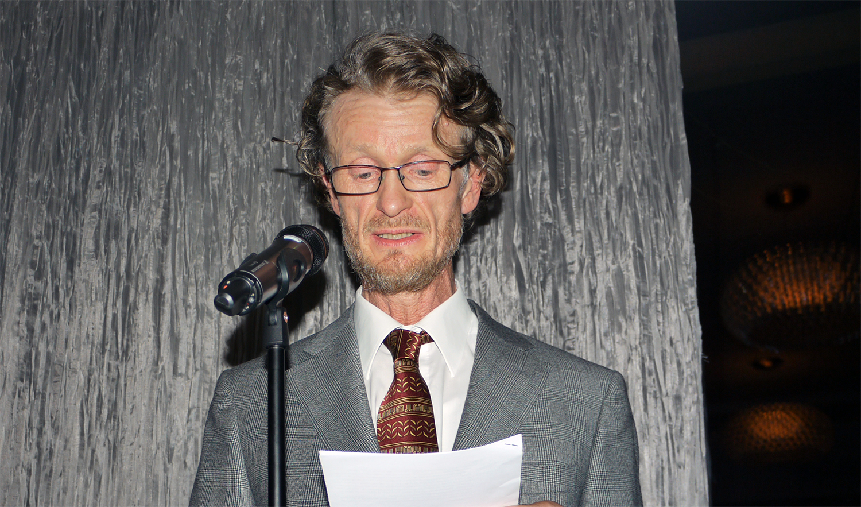 Leder i NNH, John Petter Lindeland, holder tale ved feiringa av NNHs 20 års jubileum